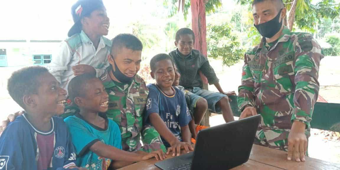 Satgas Yonif 131 Kenalkan IT Kepada Anak-Anak Papua