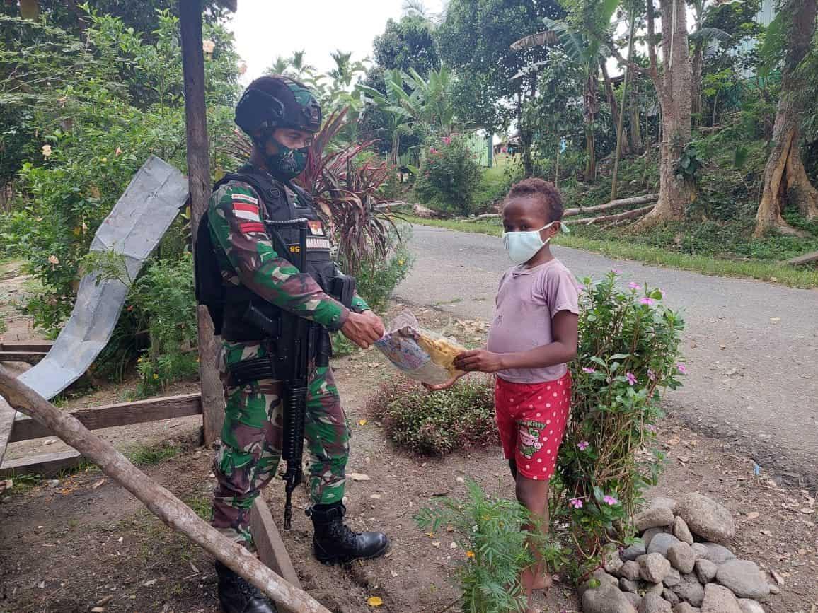 Sebagai Wujud Cinta Kasih Kepada Masyarakat, Satgas Yonif 512/QY Bagikan Pakaian Di Tapal Batas Papua