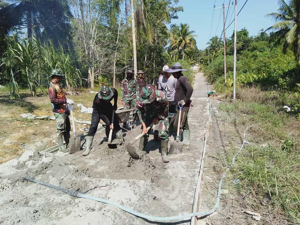Permudah Akses Keluar Masuk Desa, Satgas Pamtas Yonif Mekanis 643/Wns Bantu Pengecoran Jalan Desa Di Perbatasan