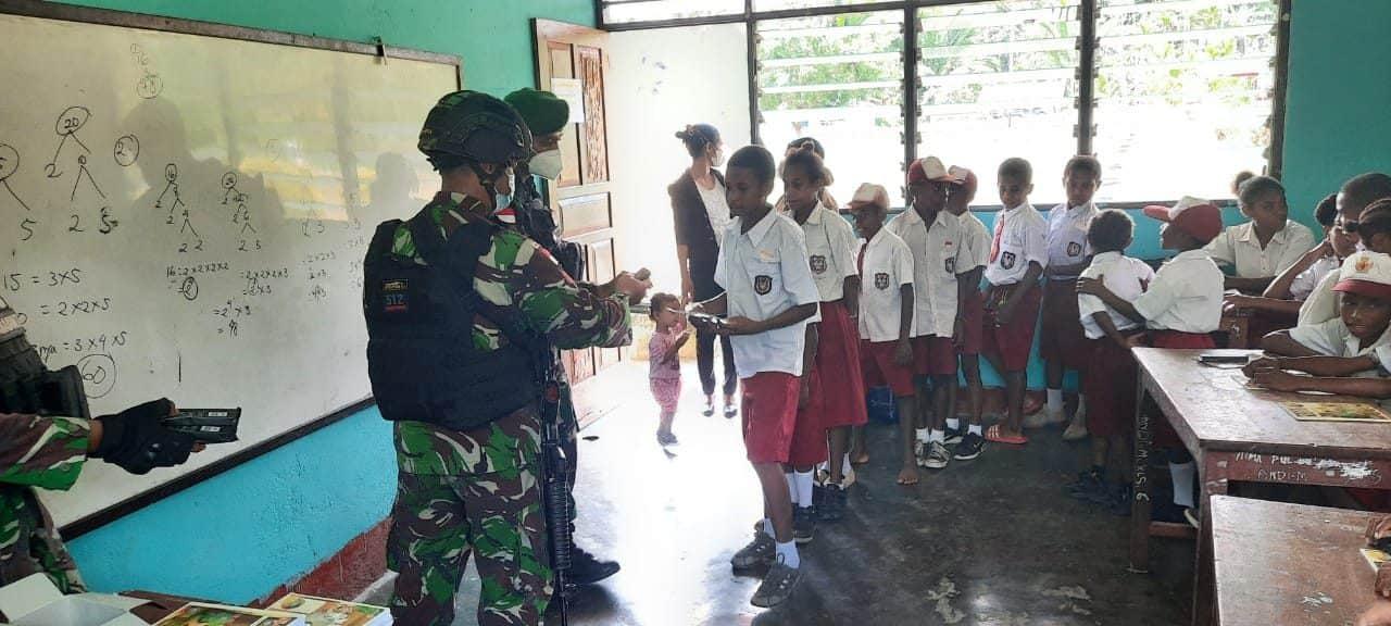 Berikan Bantuan Perlengkapan Belajar, Satgas Yonif 512/QY, Kunjungi Sekolah di Ujung Timur Indonesia