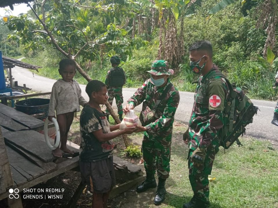 Satgas Yonmek 403 Kembali Salurkan Paket Sembako di Papua