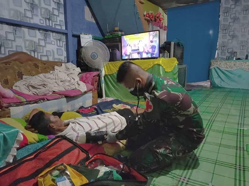 Personel Satgas Yonif 144/JY Layani Pengobatan Gratis Door to Door