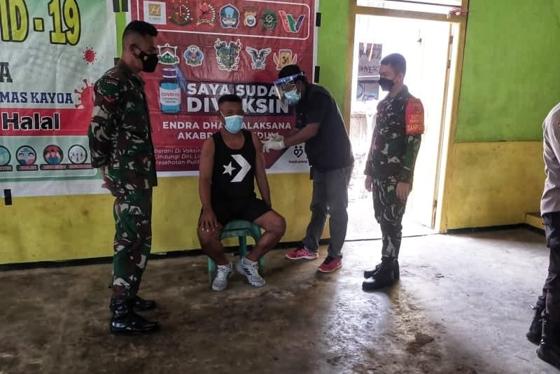 Satgas Yonif RK 732/Banau Dampingi Masyarakat Kayoa Vaksinasi Covid-19