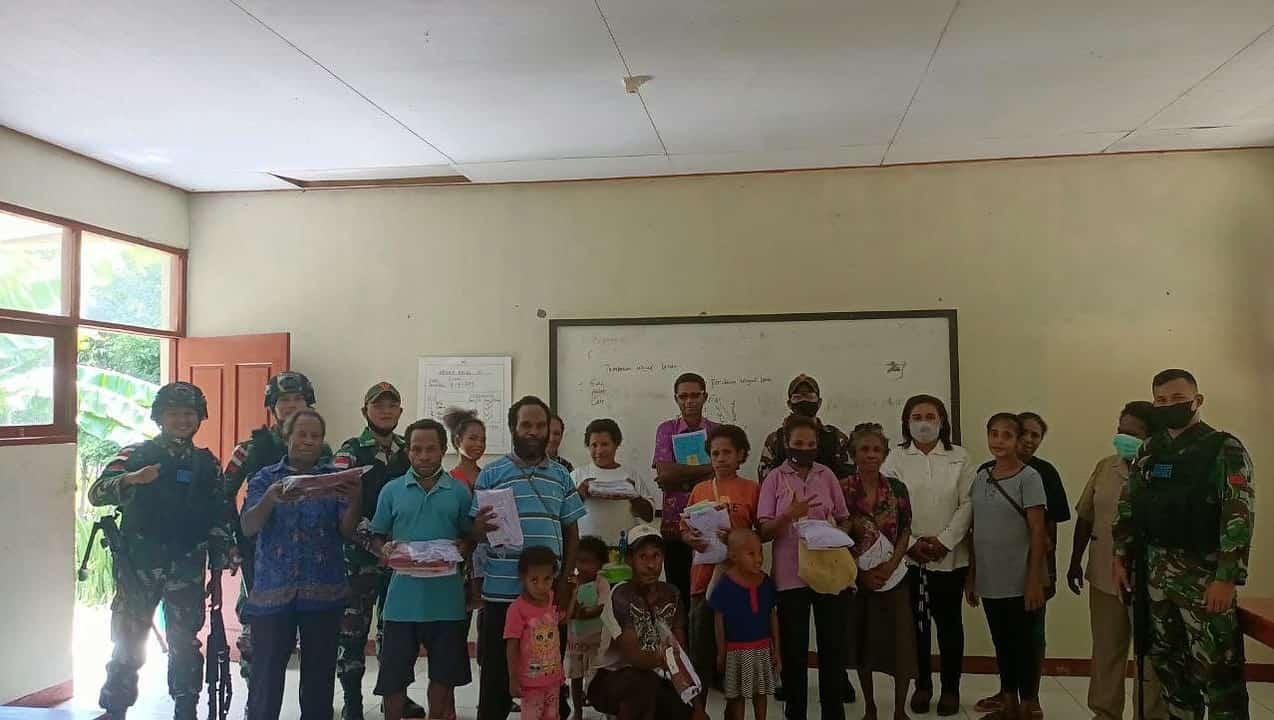 Satgas Yonif 131 Bagikan Seragam dan Perlengkapan Sekolah di Papua