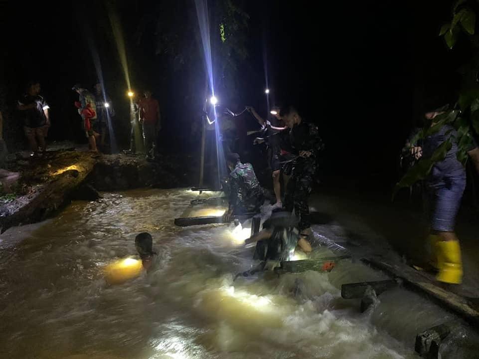 Responsif, Satgas Pamtas Yonif Mekanis 643/Wns Evakuasi Korban Hanyut di Sungai