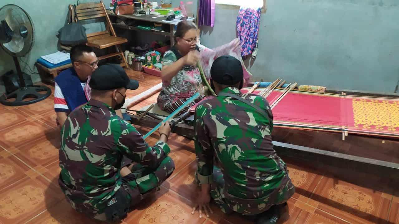 Lestarikan Budaya Warisan Leluhur, Anggota Satgas Yonif 144/JY Pelajari Pembuatan Kain Tenun di Perbatasan