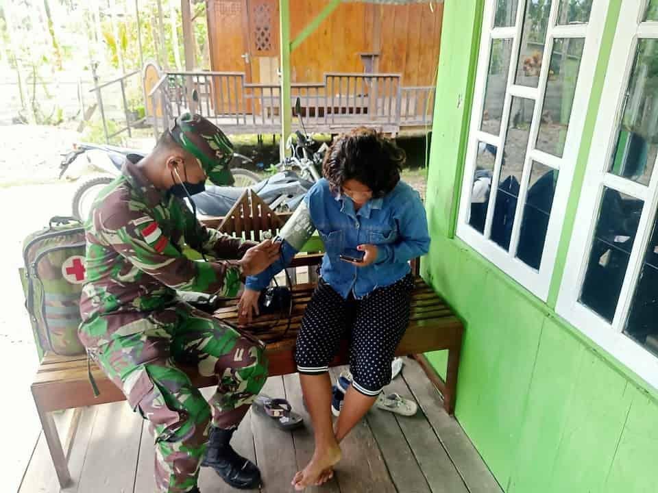 Patuhi Protokol Kesehatan, Satgas Yonif 512/QY Berikan Layanan Kesehatan Kepada Masyarakat Di Tapal Batas RI-PNG