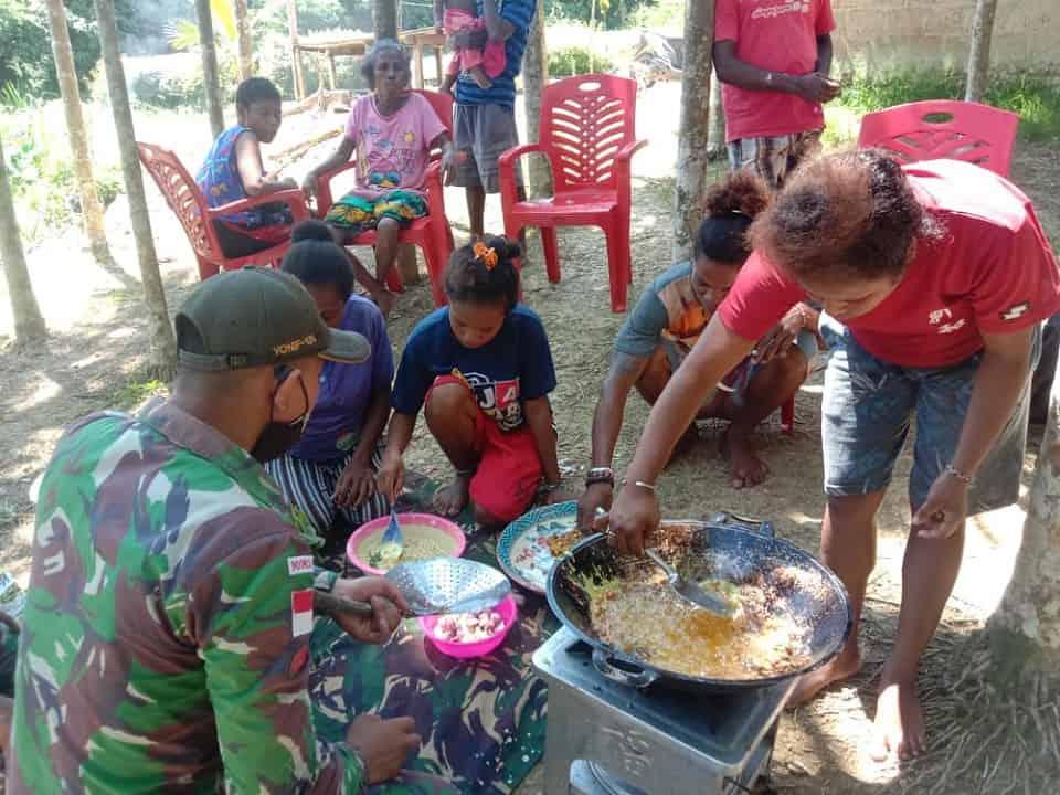 Satgas Yonif 131 Ajarkan Mama-Mama Kampung Yowong Buat Kripik Bayam dan Peyek Kacang