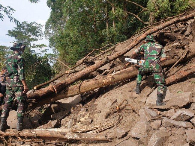 Yonzipur 18/YKR Buka Akses Jalan Untuk Suplay Logistik dan Air Bersih di Daerah Bencana