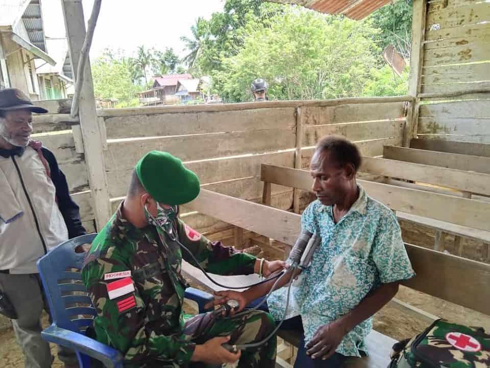 Jaga Kesehatan Masyarakat, Satgas Yonmek 403 Gelar Yankes Door to Door di Papua