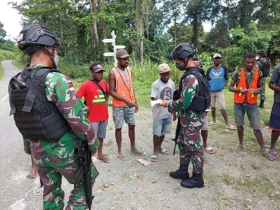 Berantas Wabah Virus Covid-19 Di Perbatasan Papua, Satgas Yonif 512/QY Lakukan Pembagian Masker Secara Berkala