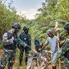 Beri Pengamanan Maksimal Anggota Satgas Yonif 144/JY Sweeping di Perbatasan