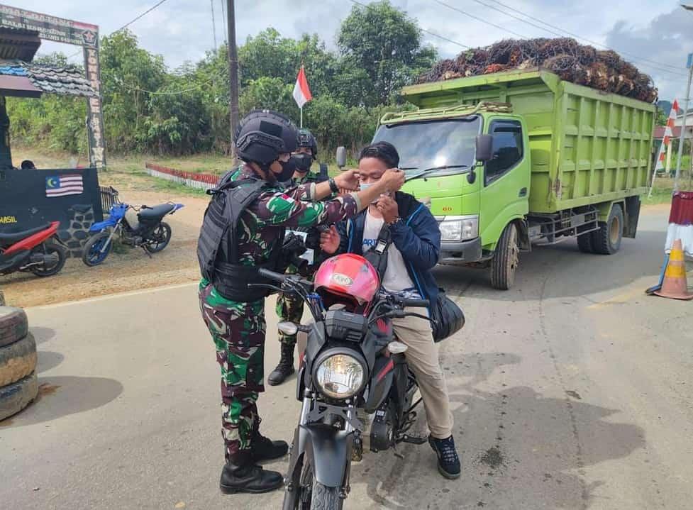 Cegah Penyebaran Covid-19, Satgas Pamtas Yonif Mekanis 643/Wns Imbau dan Bagikan Masker Kepada Pengguna Jalan Di Perbatasan