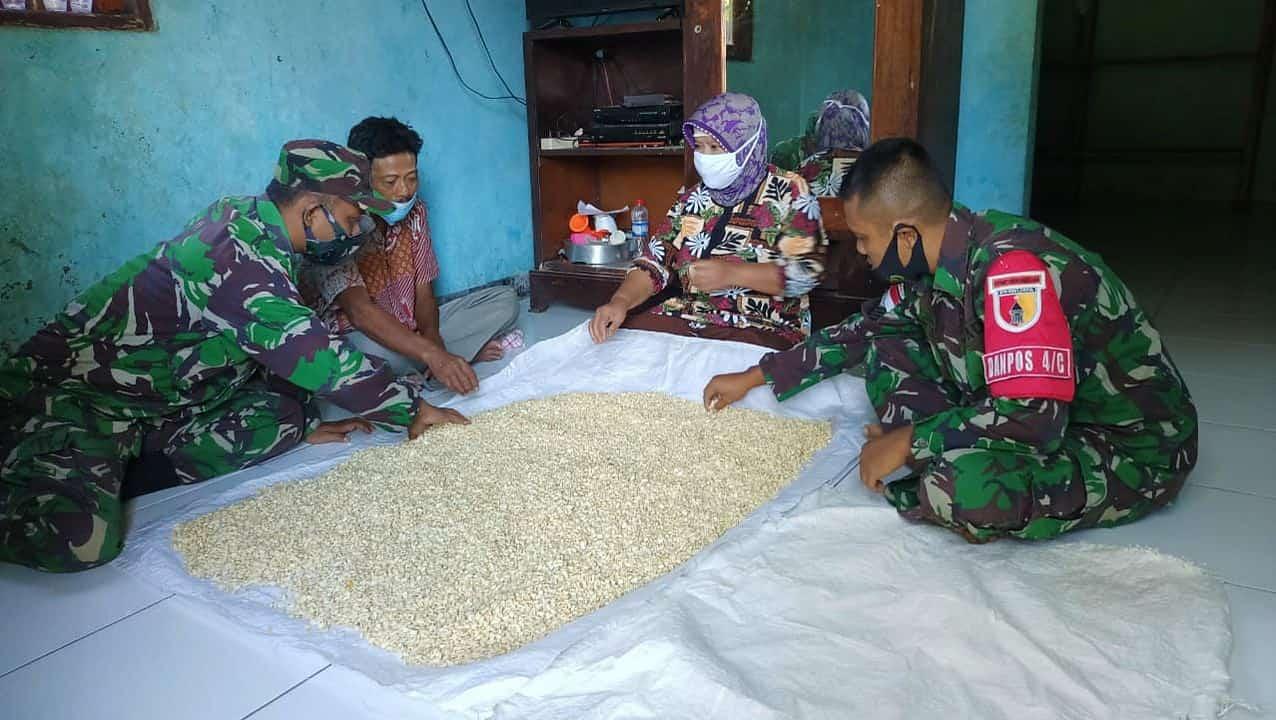 Di Tapal Batas, Personel Satgas Yonif 512/QY Ajarkan Masyarakat Cara Fermentasi Biji Kedelai Menjadi Tempe