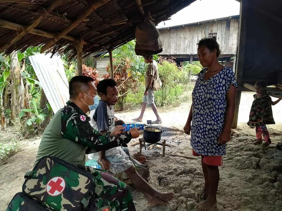 Satgas Yonmek 403 Gelar Yankes di Kampung Bompay Papua