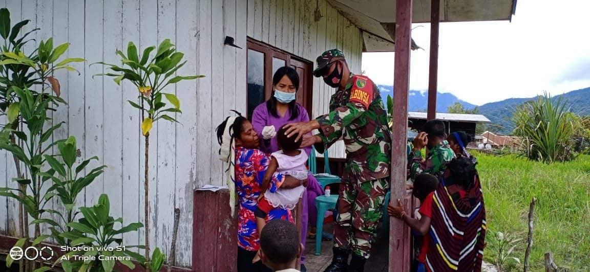 Peduli Kesehatan Anak, Aparat TNI Bersama Nakes Berikan Vitamin Untuk Balita