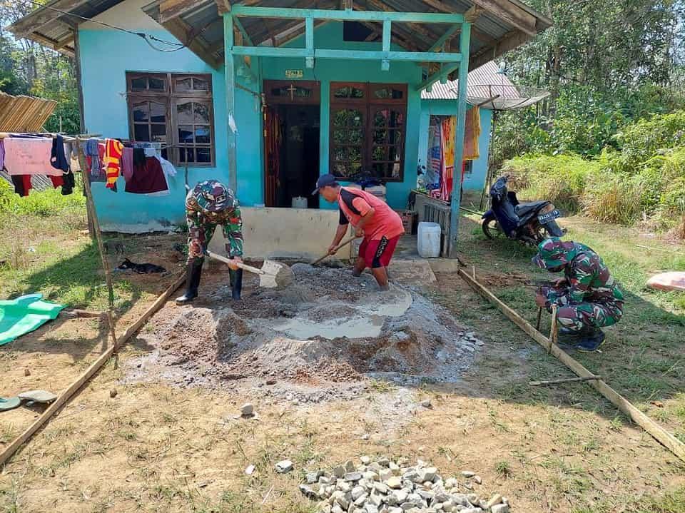 Satgas Pamtas Yonif Mekanis 643/Wns Karya Bakti Bantu Renovasi Rumah Masyarakat Perbatasan