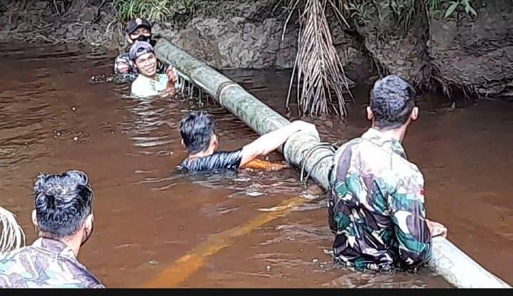 Personel Satgas Yonif 144/JY Gotong Royong Perbaiki Saluran Pipa Air Bersama Warga Di Perbatasan