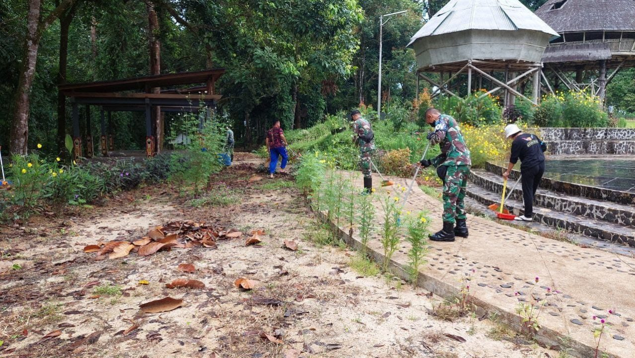 Satgas Pamtas Yonif Mekanis 643/Wns Karya Bakti di Kampung Budaya Bung Kupuak, Daerah Perkampungan Tua Dayak Bidayuh di Perbatasan