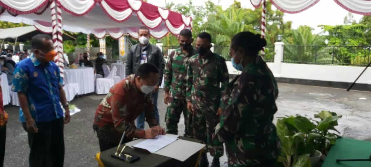 Sukseskan Program Pemerintah, Kodim 1701/Jayapura Beri Bantuan Tunai Pedagang Kaki Lima dan Warung