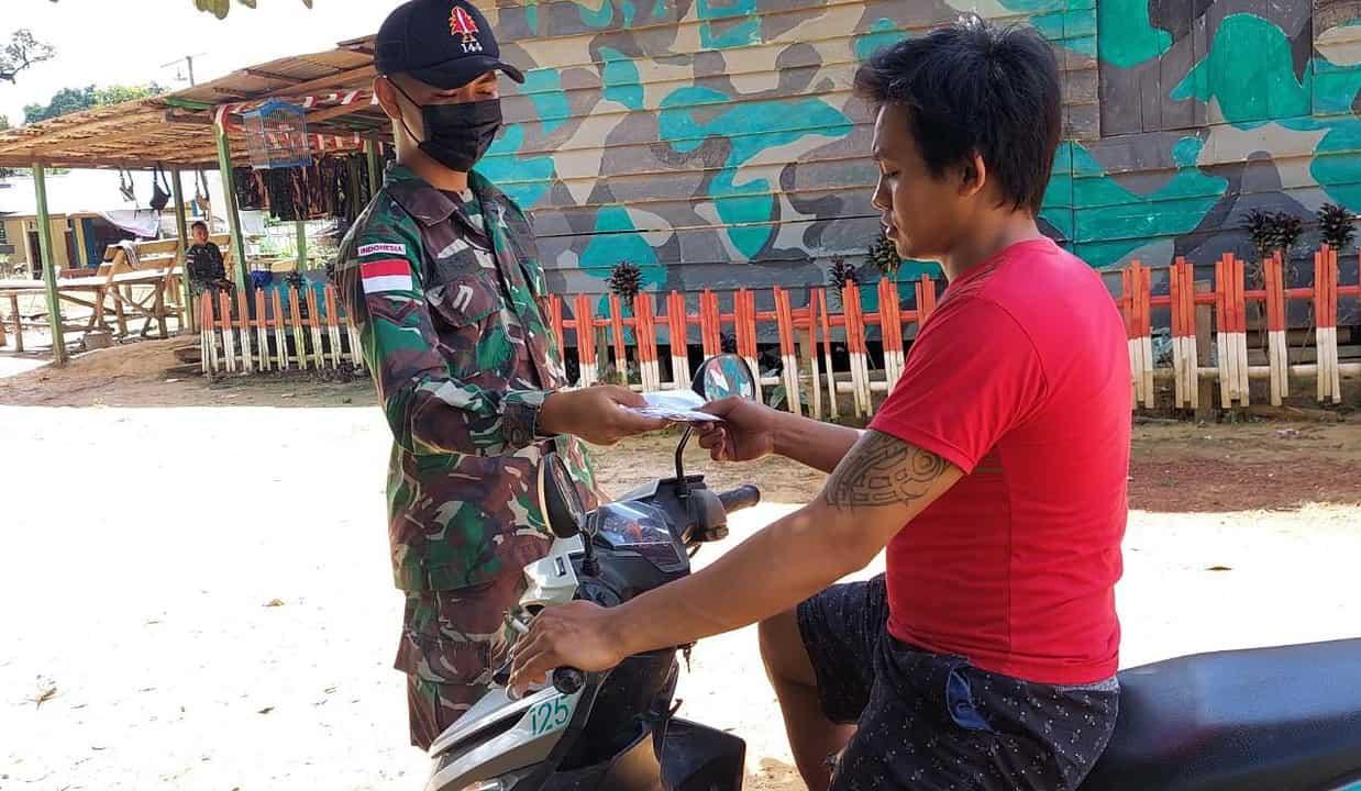 Cegah Penyebaran Covid-19, Anggota Satgas Yonif 144/JY Bagikan Masker Gratis di Perbatasan