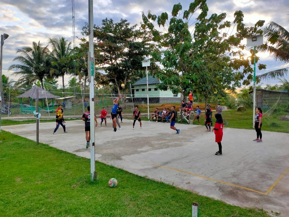 Bangkitkan Semangat Berolahraga, Satgas Pamtas Yonif Mekanis 643/ Wns Bagikan Perlengkapan Olahraga