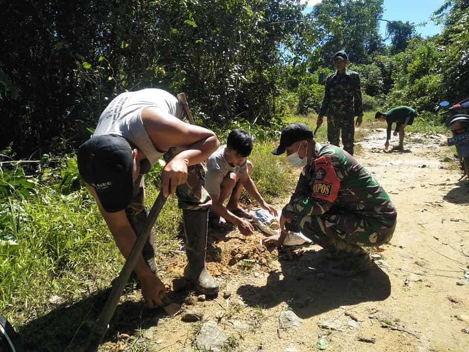 Permudah Akses Berladang, Satgas Pamtas Yonif Mekanis 643/Wns Karya Bakti Perbaiki Jalan Desa Perbatasan