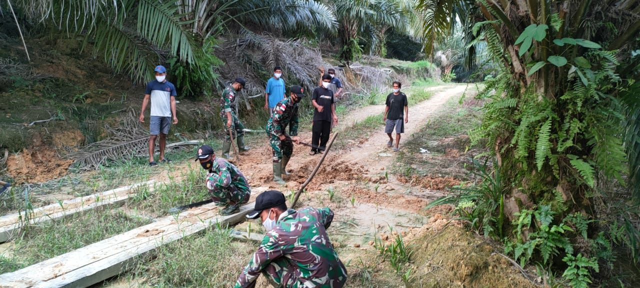 Gotong Royong Perbaiki Jembatan Anggota Satgas Yonif 144/JY Bersama Warga Di Perbatasan