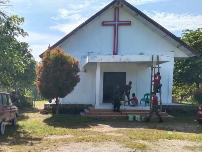 Satgas Yonif 131 Bersama Masyarakat Perindah Gereja GKKK di Papua