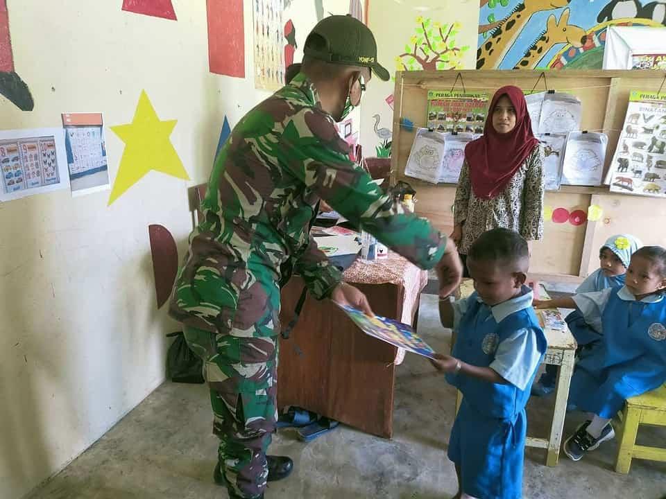 Satgas Yonif 131 Bagikan Buku dan Perlengkapan Gambar Kepada Siswa PAUD di Papua