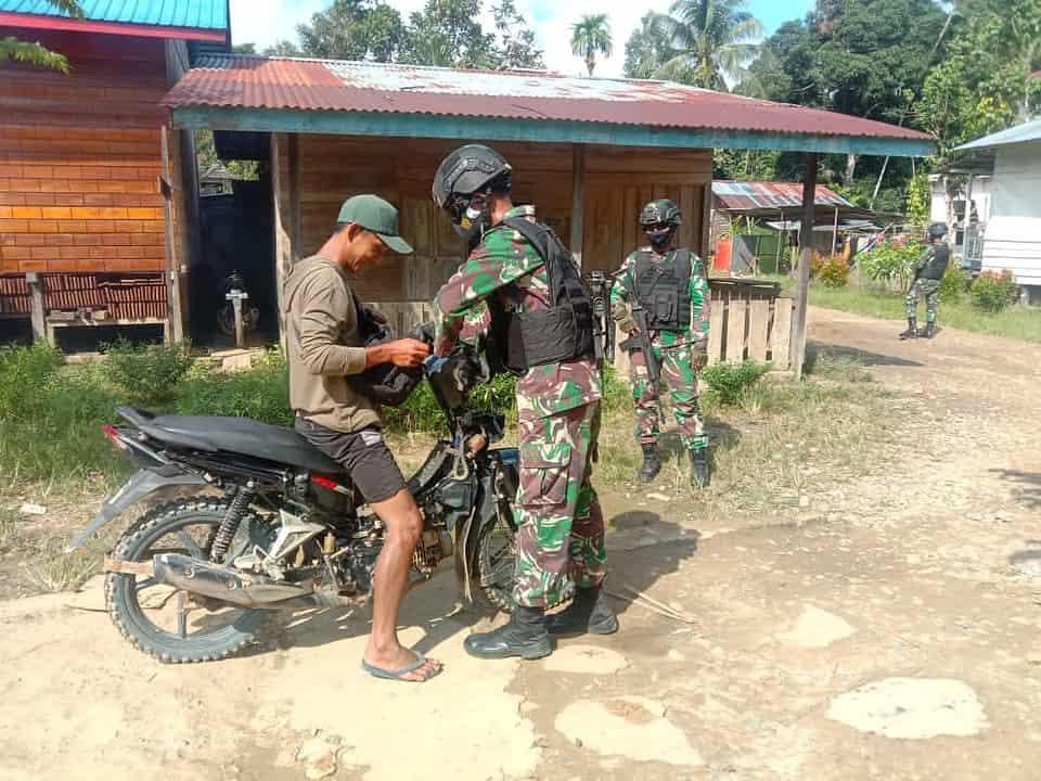 Cegah Kegiatan ilegal, Personel Satgas Yonif 144/JY Gelar Sweeping di Perbatasan