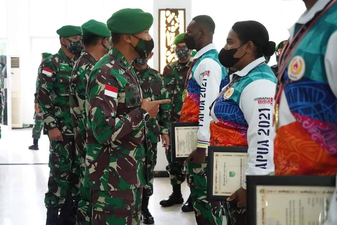 Wujud Apresiasi, Pangdam XVII/Cenderawah Berikan Piagam Penghargaan dan Tali Asih Kepada Atlet Papua Berprestasi Pada PON XX
